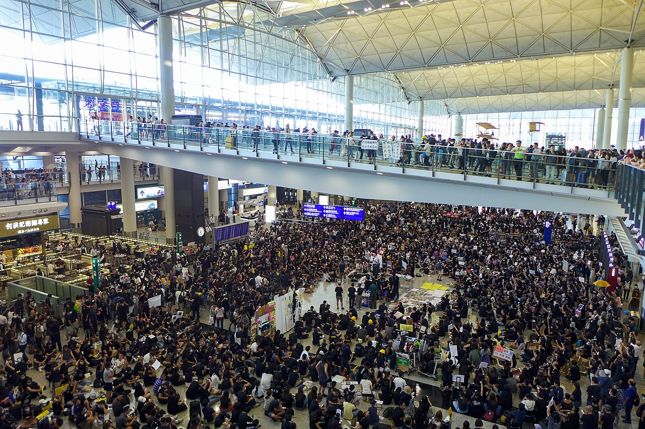 1280px HK airport sit in protest%20Wpcpey